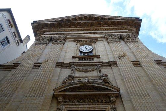 Kirke i barok stil med spor af kanonkugler anno 1793