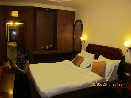 Hotel Darshan Ooty: Rooms are too small to accommodate extra bed as promised
