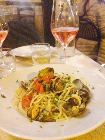 Ristorante Pizzeria Candido: Spaghetto, vongole, pachino aglio, prezzomolo e punta di piccante. Vino: Franciacorta rosè.