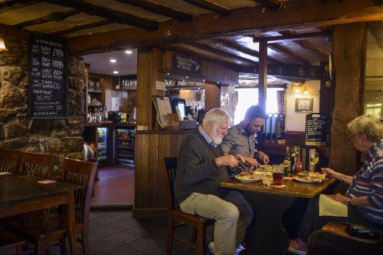 Axbridge, UK: Traditional, warm pub