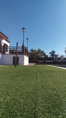 Cartajima, Ισπανία: Césped artificial de nuestra piscina que abrirá en breve.