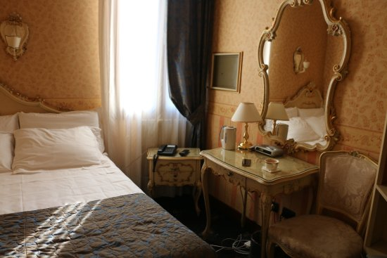 Hotel Montecarlo: well decorated small double economy room for two