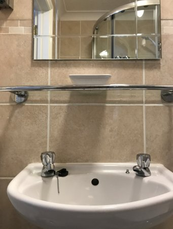 Alexanders Bed & Breakfast Hastings: Looks very nice, but makes the sink very hard to use...