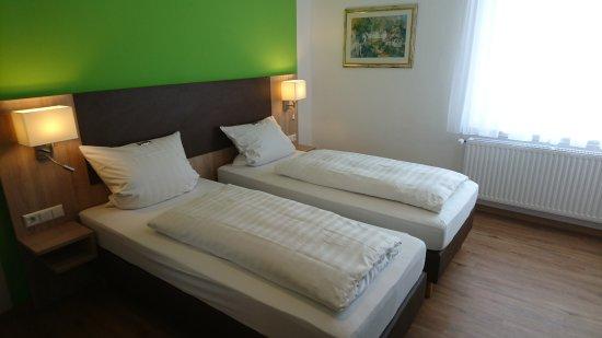 Bornheim, Alemania: Eines der renovierten Hotelzimmer.