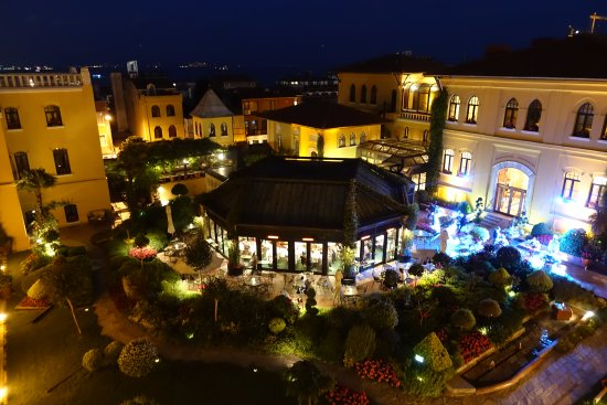 Four Seasons Hotel Istanbul at Sultanahmet: View of restaurant and courtyard