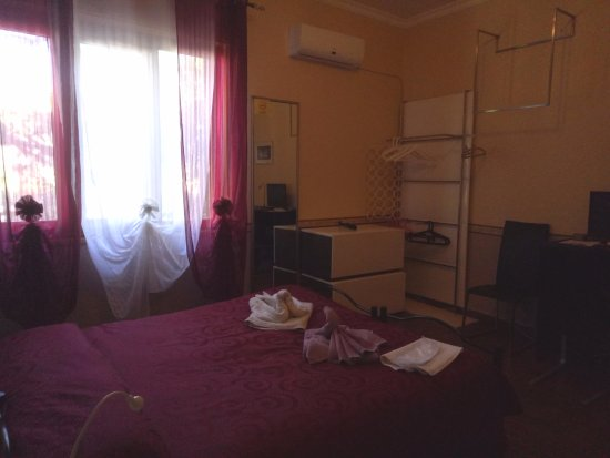 camera da letto con matrimoniale e divano con bagno in comune - Foto ...