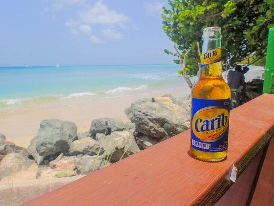Bago's Beach Bar: En Carib med en härlig utsikt