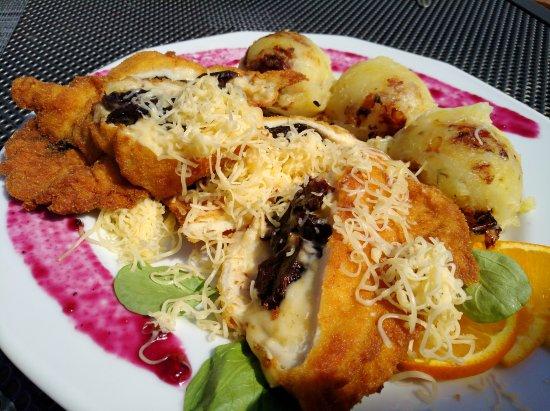 Mosonmagyaróvár, Magyarország: Zander mit Spargelrisotto und mit Dörrpflaumen und Käse gefüllte Putenbrust mit Kartoffelpuree m