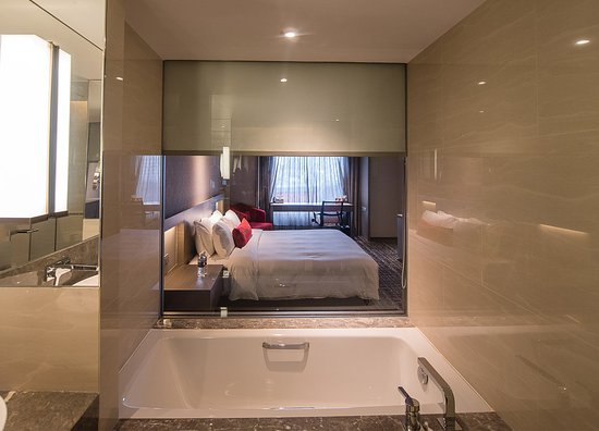 a huge glass separate the bath from the room (can closed with the
