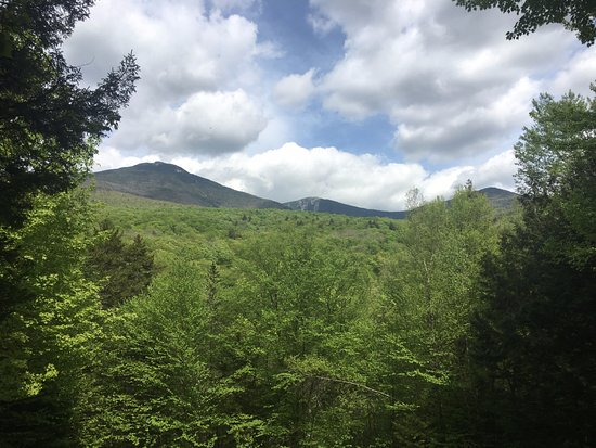 Franconia, Nueva Hampshire: View of the surrounding mountains from an overlook on the Flume Gorge trail.