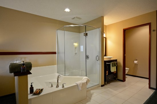 Room #3 - Wheelchair Accessible - Picture of Cable Cove Inn, Tofino ...