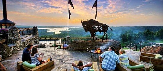 Big Cedar Lodge: Buffalo Bar patio at Top of the Rock.