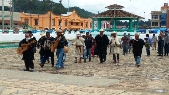 San Juan Chamula, Mexiko: 1pm procession