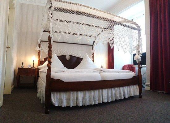 Himmelbett  Himmelbett mit Blick auf den Kapellenplatz - Hotel Goldener Loewe ...