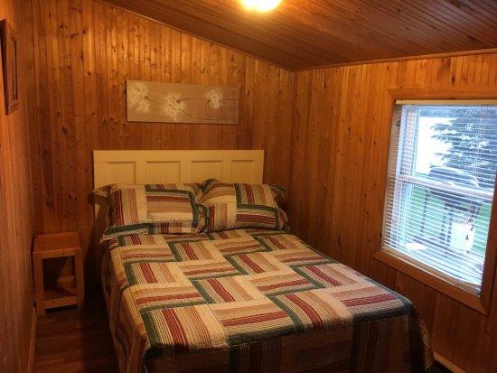 Merland Park Cottages: Cottage #12 bedroom