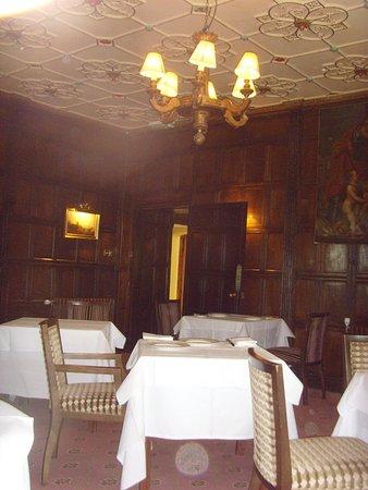 Ockenden Manor Restaurant: Unfriendly dining room