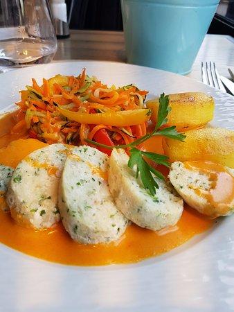 Saint-Mande, Frankrig: Mousseline de poisson - sauce nantua - riz