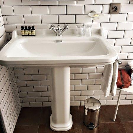 Salle de bain avec douche photo de hotel whistler paris for Bain douche hotel paris