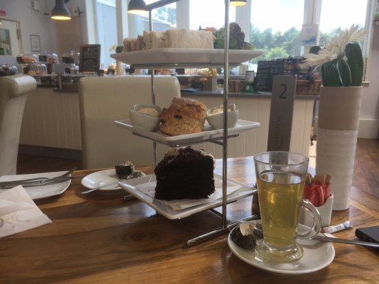 Hadlow, UK: great afternoon tea (better than the picture!)