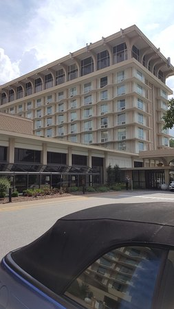 Marriott St. Louis Airport : South Tower and main entrance with drive up canopy