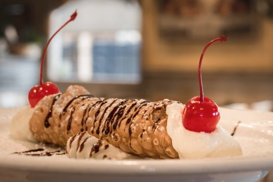 Vista, Californië: Cannolis are made fresh daily and filled by hand