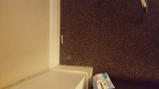 Premier Inn Kendal Central Hotel: Dirty unclean room even after it was supposedly cleaned again!