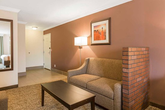 Murray, UT: Suite with roll-out sofa