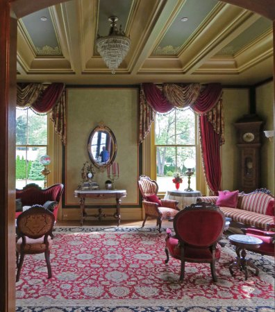 Wethersfield, CT: Incredible Living Room (look at that ceiling)