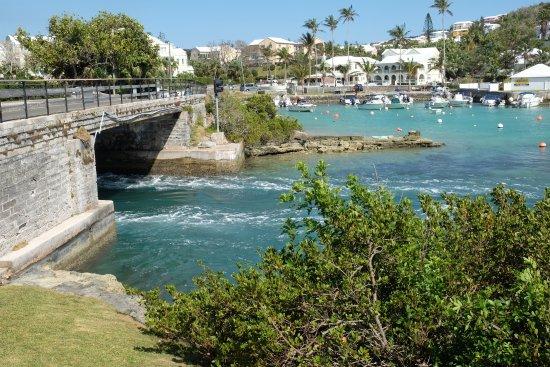 Hamilton, Bermuda: la corrente di marea che scorre sotto il Flatts Bridge
