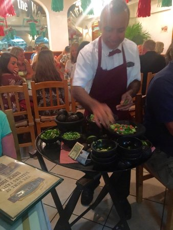 Pipi's: Staff making guacamole at the table!