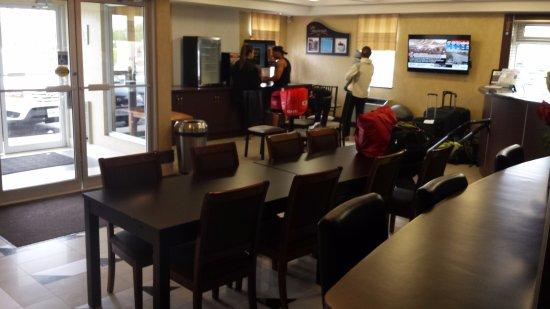 Days Inn Toronto West Mississauga : Frühstücksraum und Hoteleingang
