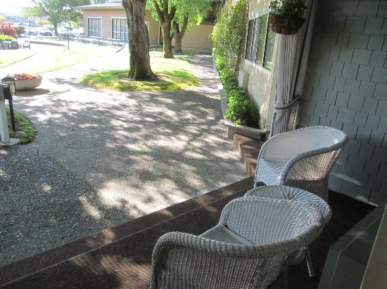 Corte Madera, Californië: little deck with view of grounds....fantastic roses in background