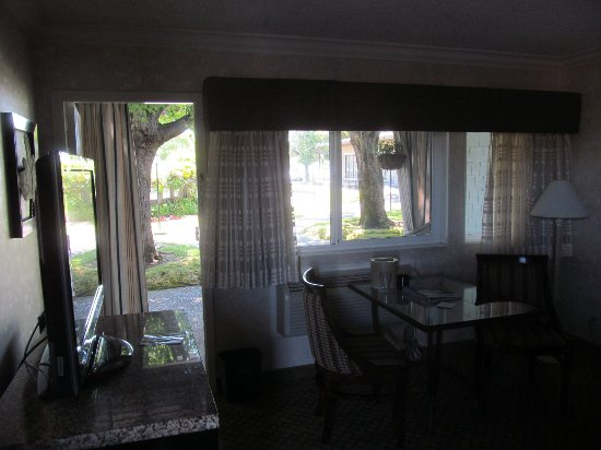 Corte Madera, CA: Door from room to pool area and walkway to breakfast room