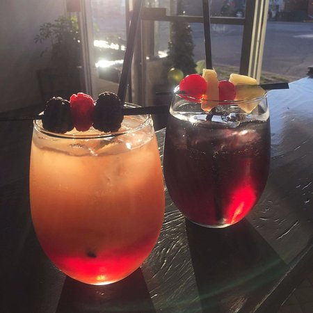 St. Catharines, Canada: A couple of our drinks on a sunny day.