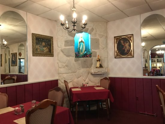 Berkeley Springs, WV: One of the interior dining rooms.