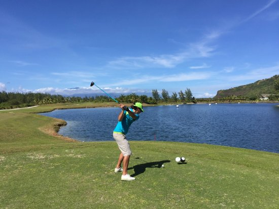 Moorea Green Pearl Golf Course : Tahitian Pro on the tee on the front nine