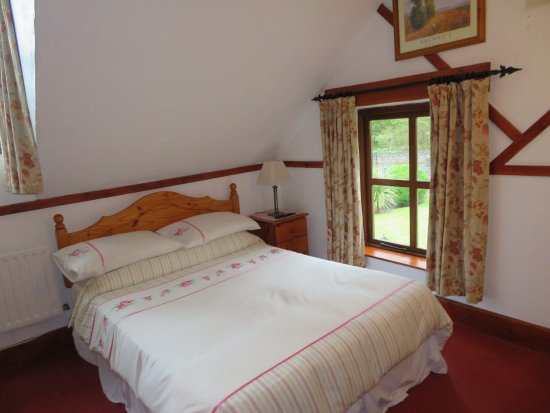 Tudor Lodge: Queen-sized bed