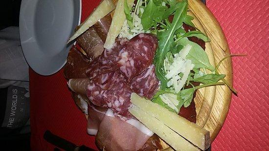 Selargius, Italy: Tagliere più due piatti di tagliata rucola e grana con abbondante contorno di patatine fresche f