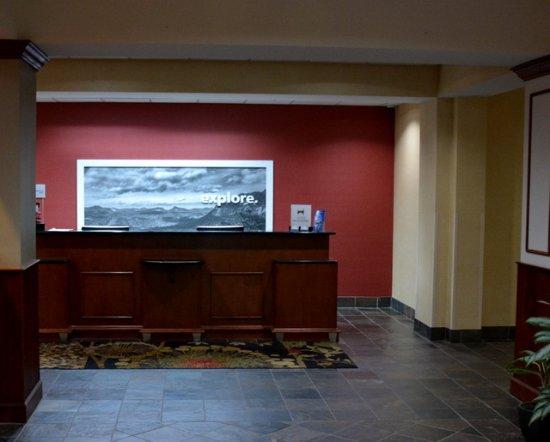 Hampton Inn & Suites Cashiers-Sapphire Valley: Front Desk