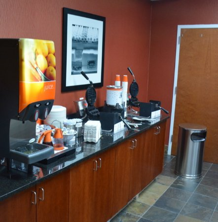 Hampton Inn & Suites Cashiers-Sapphire Valley: Make your own Waffle along with Juice