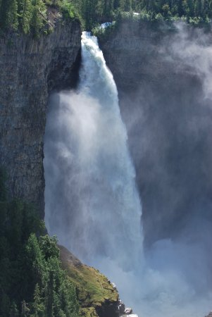 Helmcken Falls: Lots of water....look at the height of the splash!
