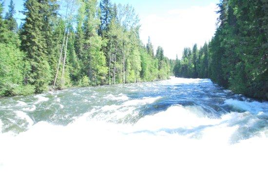 Helmcken Falls: Roaring river below the bridge just before the falls
