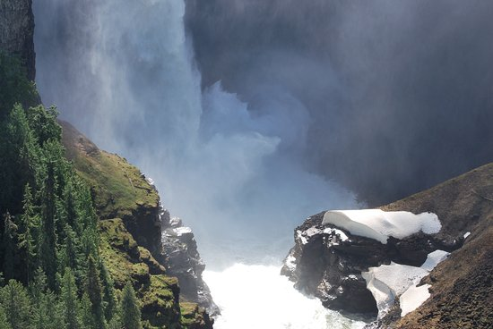 Helmcken Falls: Yes, there was still snow in June!