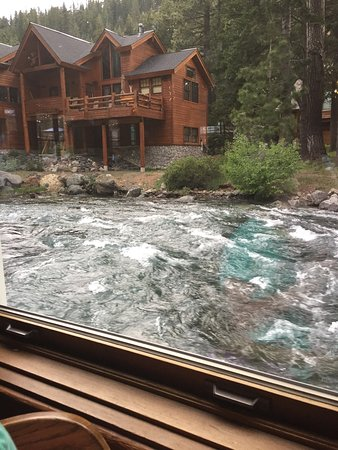 River Ranch Lodge & Restaurant: The Truckee River is raging next to the restaurant.