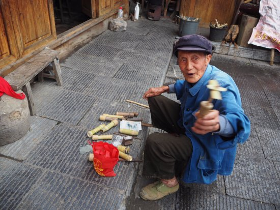 Zhenyuan County, China: making bamboo toy for 10rmb each for living by Shipin mountain