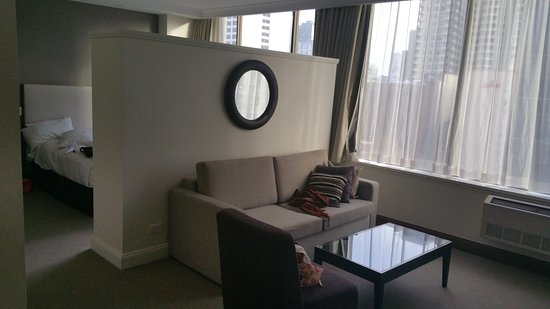 Rydges Melbourne Hotel: Large sitting area within bedroom behind.