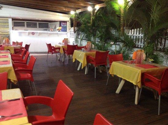 Le Moule, Guadeloupe: Lauréal grill restaurant ouvert sur place,cadre très coloré , calme ,accueille chaleureux ,des p