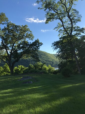 Cortlandt Manor, NY: Magnificent view of Hudson Valley from dining veranda