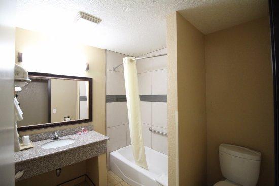 Fallbrook, CA: GUEST ROOM BATHROOM