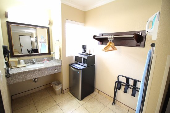Fallbrook, CA: VANITY & ROOM AMENITIES
